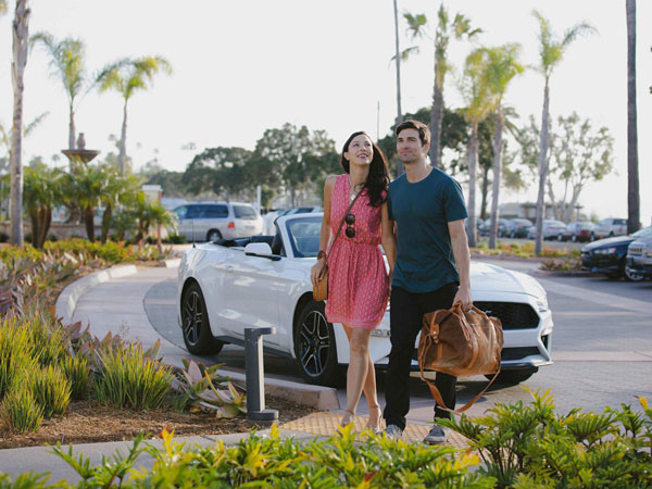 Couple entering Kona Kai Resort San Diego